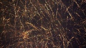 Fyrverkerier som exponerar i natthimlen långsam rörelse arkivfilmer