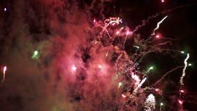 Fyrverkerier som exponerar i natthimlen långsam rörelse lager videofilmer