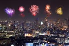 Fyrverkerier som firar över Bangkok cityscape på natten Royaltyfri Fotografi