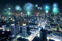Fyrverkerier som firar över Bangkok cityscape på natten Arkivbild