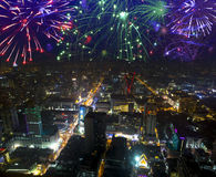 Fyrverkerier som firar över cityscape på natten Bangkok Arkivfoton