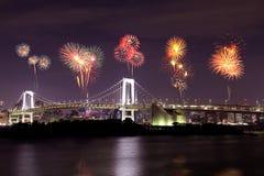 Fyrverkerier som firar över den Tokyo regnbågebron på natten, Japan Arkivbild
