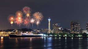 Fyrverkerier som firar över marina, skäller i den Yokohama staden Royaltyfria Foton