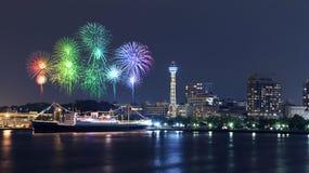 Fyrverkerier som firar över marina, skäller i den Yokohama staden Arkivfoton