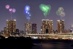 Fyrverkerier som firar över Odaiba, Tokyo cityscape på natten Arkivfoton