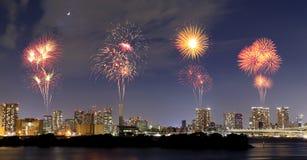 Fyrverkerier som firar över Odaiba, Tokyo cityscape på natten Royaltyfri Bild