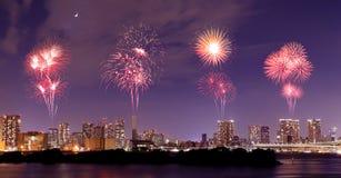Fyrverkerier som firar över Odaiba, Tokyo cityscape på natten Royaltyfria Bilder