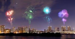 Fyrverkerier som firar över Odaiba, Tokyo cityscape på natten Arkivbilder