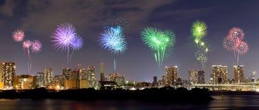 Fyrverkerier som firar över Odaiba, Tokyo cityscape på natten Royaltyfria Foton
