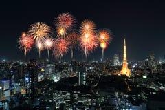 Fyrverkerier som firar över Tokyo cityscape på natten Royaltyfria Bilder