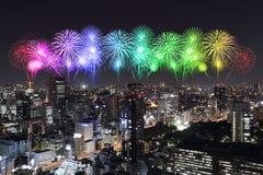 Fyrverkerier som firar över Tokyo cityscape på natten Royaltyfri Fotografi
