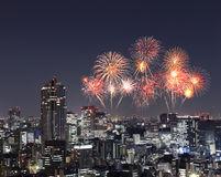 Fyrverkerier som firar över Tokyo cityscape på natten Arkivfoto