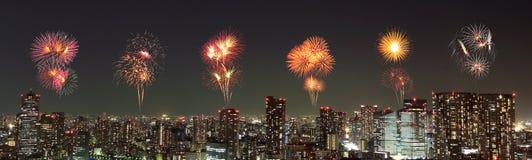 Fyrverkerier som firar över Tokyo cityscape på natten Arkivbild