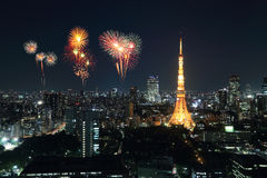 Fyrverkerier som firar över Tokyo cityscape på natten Royaltyfria Foton