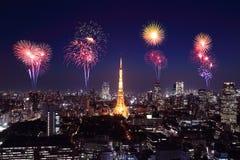 Fyrverkerier som firar över Tokyo cityscape på natten Fotografering för Bildbyråer