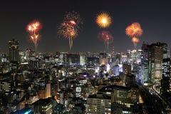 Fyrverkerier som firar över Tokyo cityscape på natten Royaltyfri Foto