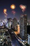 Fyrverkerier som firar över Tokyo cityscape på natten Royaltyfri Bild