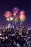 Fyrverkerier som firar över Tokyo cityscape på natten, Japan Arkivbilder