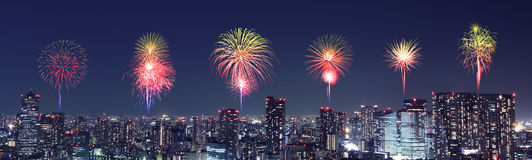 Fyrverkerier som firar över Tokyo cityscape på natten, Japan Arkivfoto