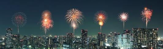Fyrverkerier som firar över Tokyo cityscape på natten, Japan Royaltyfria Foton