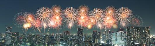 Fyrverkerier som firar över Tokyo cityscape på natten, Japan Arkivbild