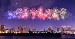 Fyrverkerier som firar över Tokyo cityscape på nigh Arkivbilder