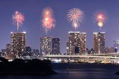 Fyrverkerier som firar över Tokyo cityscape på nigh Arkivbild