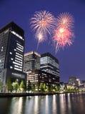 Fyrverkerier som firar över Tokyo cityscape på nigh Arkivfoto