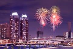 Fyrverkerier som firar över Tokyo cityscape på nigh Royaltyfri Fotografi