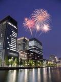 Fyrverkerier som firar över Tokyo cityscape på nigh Royaltyfria Foton