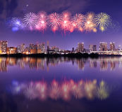 Fyrverkerier som firar över Tokyo cityscape på nigh Royaltyfria Bilder