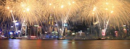 Fyrverkerier som firar det kinesiska nya året i Hong Kong Royaltyfria Bilder