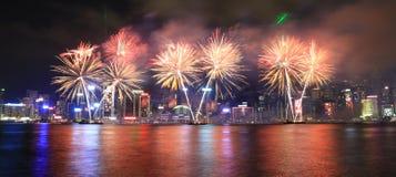Fyrverkerier som firar det kinesiska nya året i Hong Kong Royaltyfria Foton