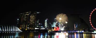 Fyrverkerier som firar Singapore födelsedag arkivfoton