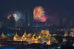 Fyrverkerier som glöder bak storslagen slott i den Bangkok staden, Thailand Arkivfoton