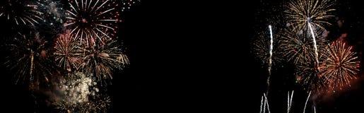 Fyrverkerier som isoleras på svart bakgrund royaltyfri bild