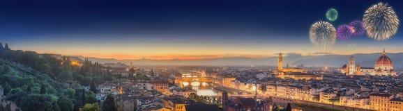 Fyrverkerier under Arno River och Ponte Vecchio Arkivfoto
