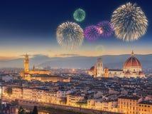Fyrverkerier under Arno River och Ponte Vecchio Royaltyfri Bild