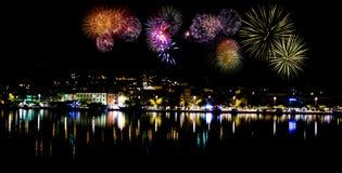 Fyrverkerier vid natt i Makarska Arkivfoto