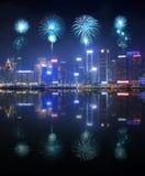 Fyrverkerifestival över den Hong Kong staden med vattenreflexion royaltyfria foton