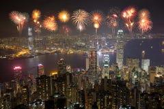 Fyrverkerifestival över den Hong Kong staden på natten royaltyfria bilder