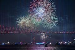 Fyrverkerishow i Istanbul Bosphorus kalkon Fotografering för Bildbyråer