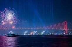 Fyrverkerishow i Istanbul Bosphorus kalkon Royaltyfria Bilder