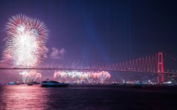 Fyrverkerishow i Istanbul Bosphorus kalkon Arkivbilder