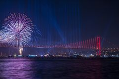 Fyrverkerishow i Istanbul Bosphorus kalkon Royaltyfri Foto