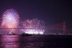 Fyrverkerishow i Istanbul Bosphorus kalkon Arkivfoto