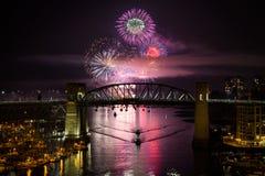 Fyrverkerit från berömmen av ljus i engelska för Vancouver ` s skäller royaltyfri bild