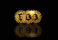 Fysieke bitcoin op zwarte achtergrond met lichte gloed, cryptocurrencyconcept Stock Fotografie