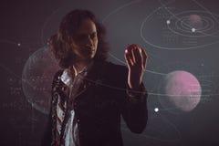 Fysik vetenskapen av naturen, begreppet av att studera lagarna av naturen En ung man i bilden av Isaac Newton royaltyfria foton