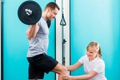 Fysioterapeut eller sportdoktor med patienten Royaltyfri Fotografi